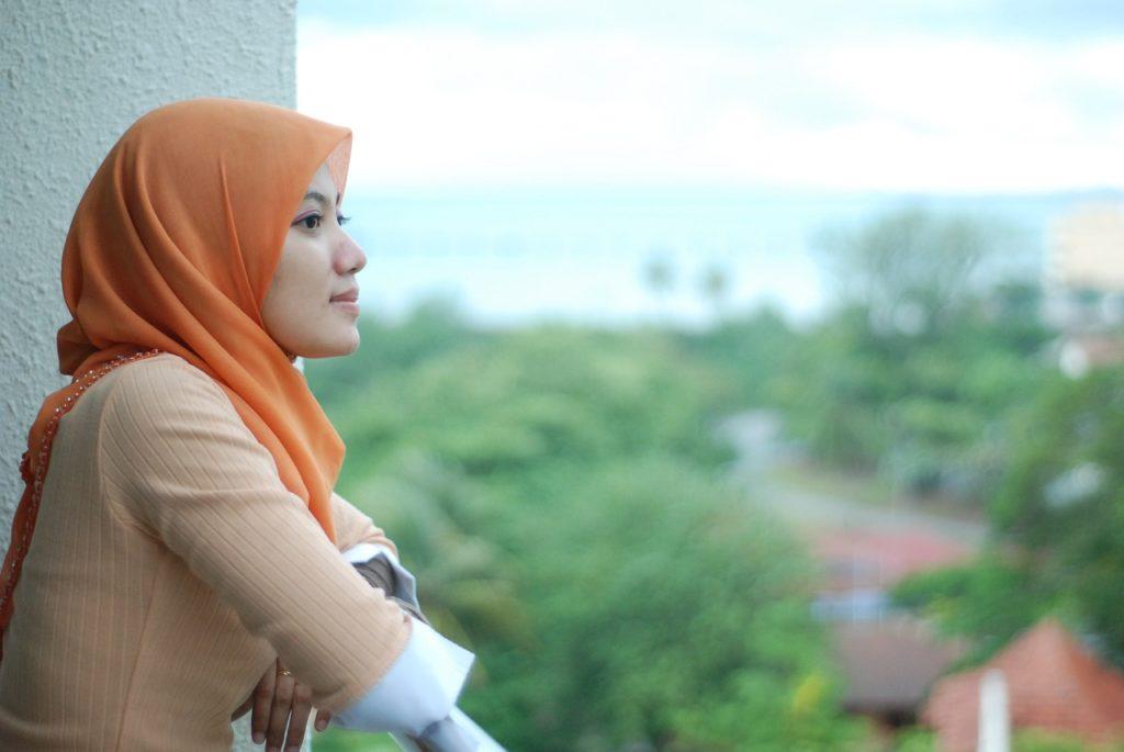 cara memakai hijab segi empat simple dan modis